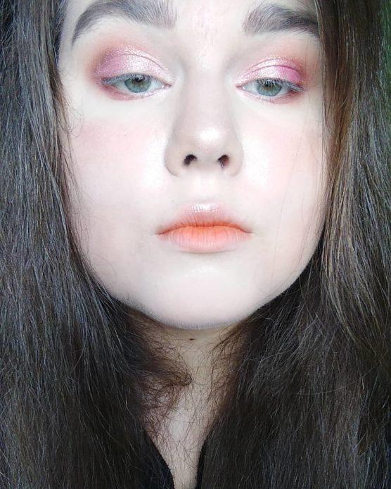 Корейский макияж с использованием розовых теней для век и матовой помады