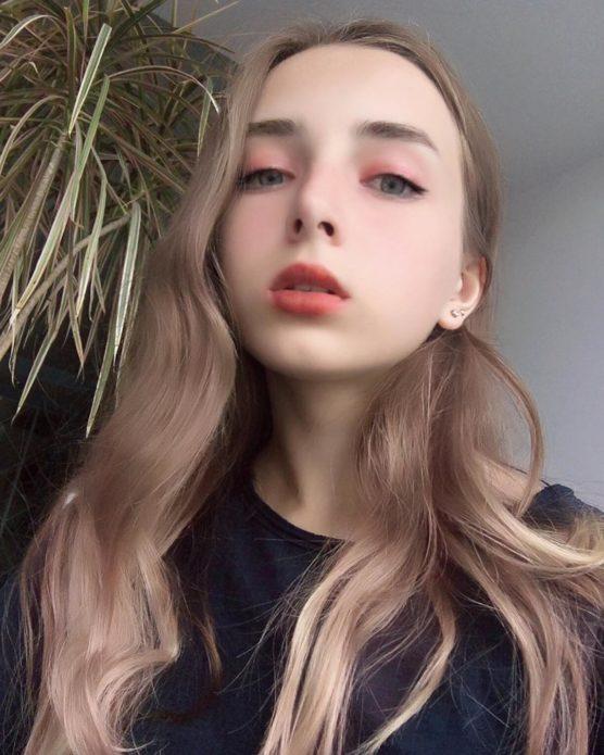 Корейский макияж со светло-розовыми тенями для блондинки