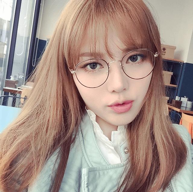 Корейский макияж в «строгом» стиле с эффектом слегка размазанного покрытия губ