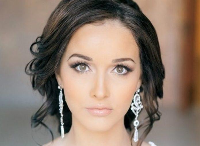Акцент на глаза и светящуюся кожу в греческом макияже