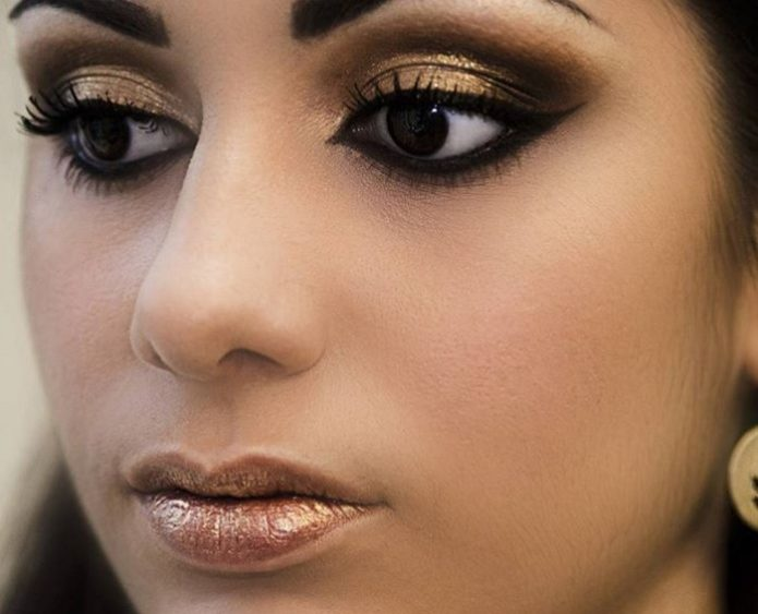 Использование блесток в греческом макияже