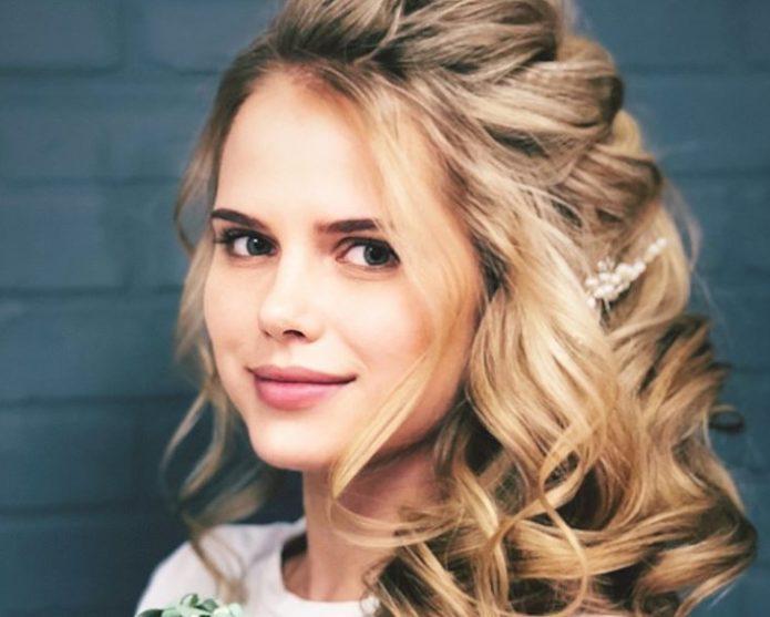 Блондинки как одни из оптимальных моделей для макияжа в греческом стиле