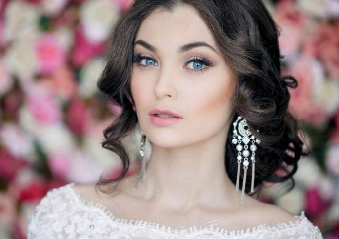 Голубые глаза как хорошая основа для греческого макияжа