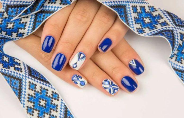 Сине-белый маникюр с турецким орнаментом