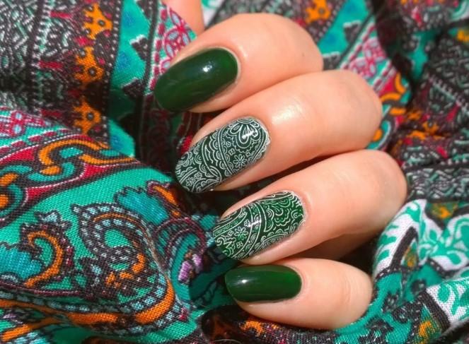 Бело-зеленый маникюр с турецким орнаментом