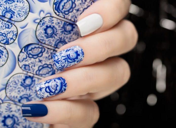 Маникюр в стиле гжель с белыми и синими однотонными ногтями