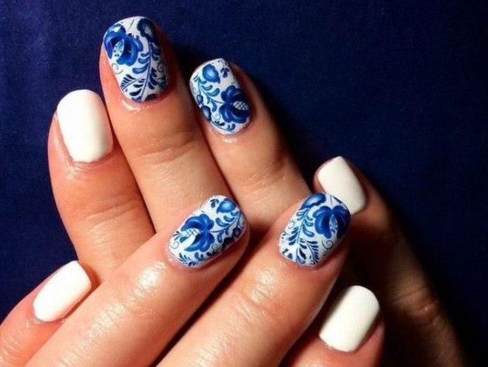 Маникюр в стиле гжель с белыми однотонными ногтями
