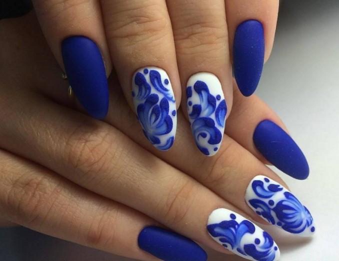 Маникюр в стиле гжель с синими однотонными ногтями