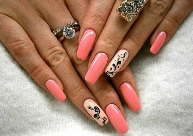 Коралловый, нежно-розовый и черный цвета в маникюре с растительным орнаментом