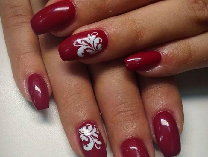 Красно-белый маникюр с растительным орнаментом
