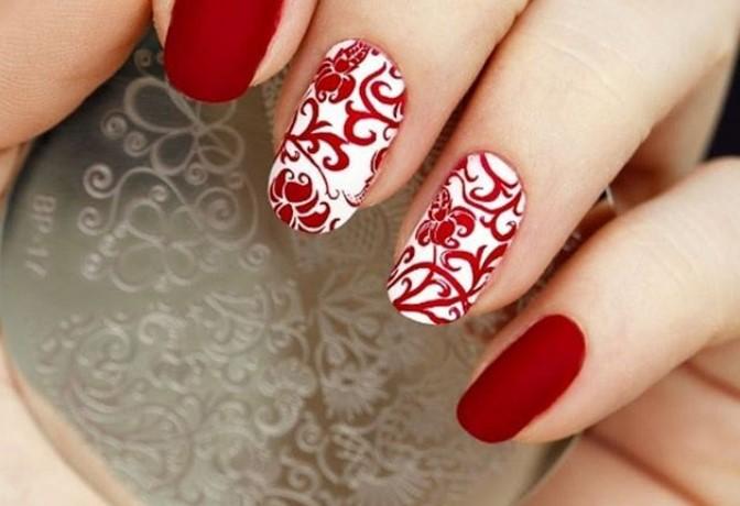 Бело-красный маникюр с растительным орнаментом