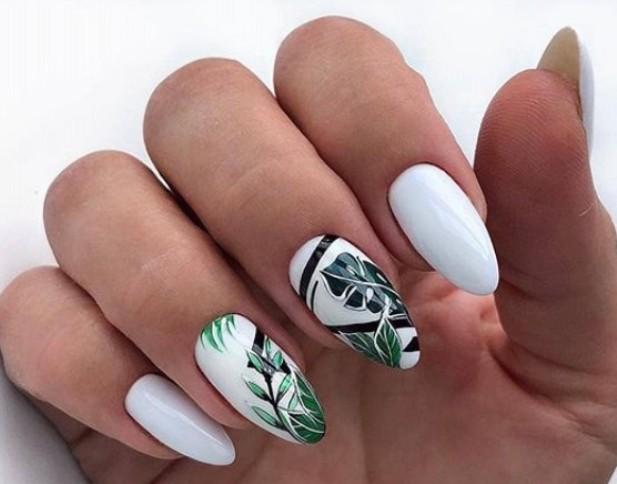 Черный, зеленый и белый цвета в маникюре с растительным орнаментом