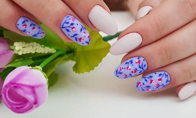 Белый, фиалковый, малиновый и нежно-голубой оттенки в маникюре с растительным орнаментом