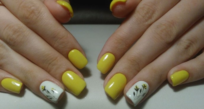 Желтый и белый цвета в маникюре с растительным орнаментом