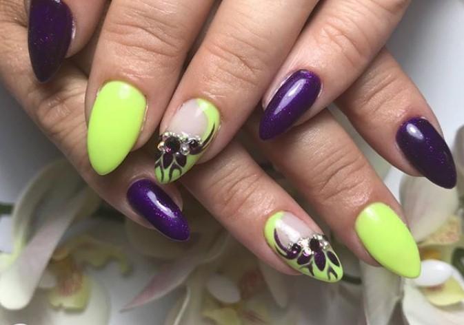 Темно-фиолетовый и салатовый цвета в маникюре с растительным орнаментом