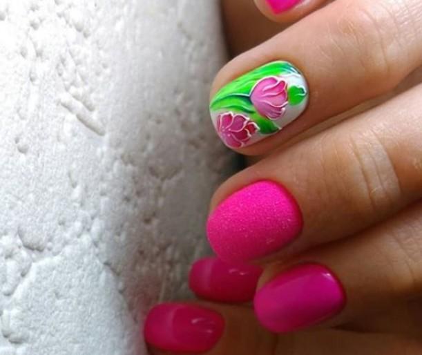 Летний розовый маникюр с растительным орнаментом