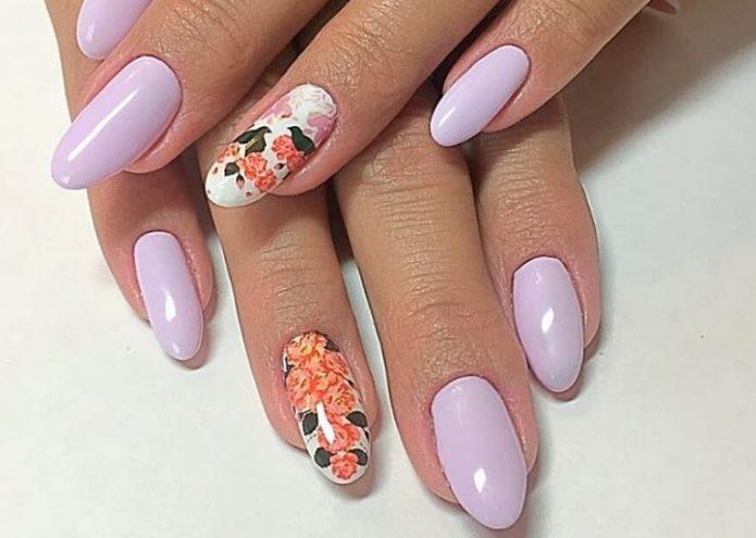 Нежно-розовый, белый и оранжевый цвета в маникюре с растительным орнаментом