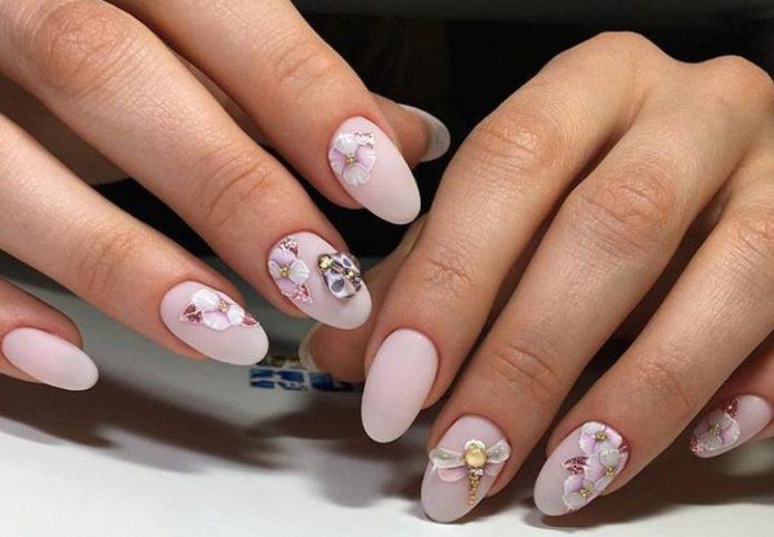 Нежно-розовый оттенок и стрекоза в маникюре с растительным орнаментом