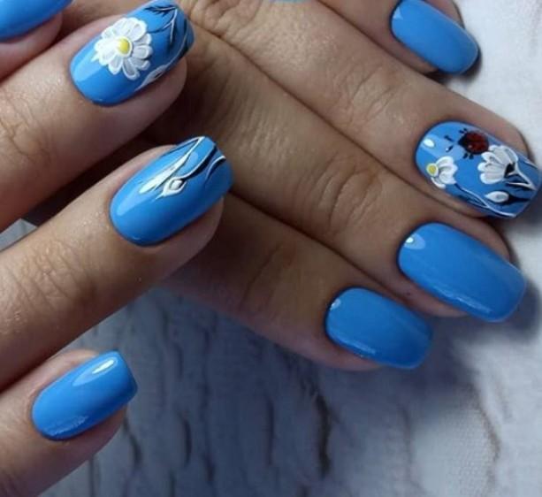 Синий цвет, ромашки и божья коровка в маникюре с растительным орнаментом