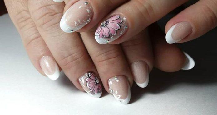 Нежно-розовый маникюр с растительным орнаментом и стразами