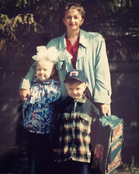 Егор Крид в детстве с матерью и сестрой