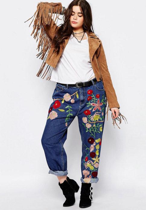 Джинсы-бойфренды с яркими цветами для полных женщин
