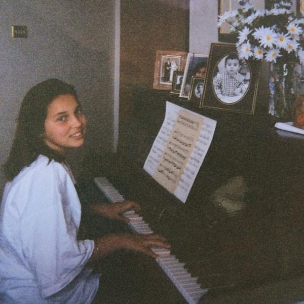 Алсу играет на пианино