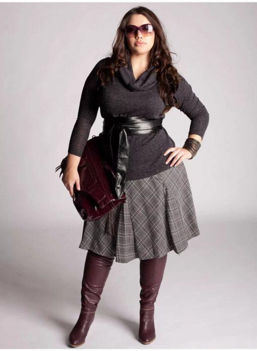 Туника для полной женщины в сочетании с юбкой и поясом