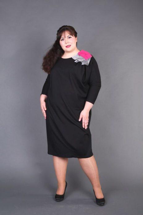 Деловое платье с яркой деталью для полной женщины