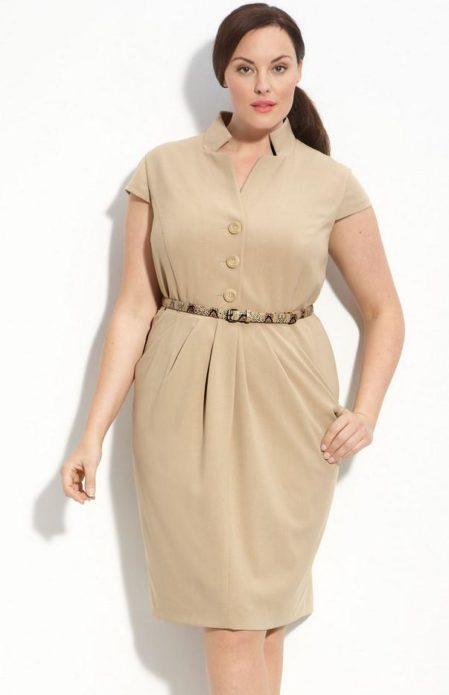 Бежевое деловое платье для полной женщины