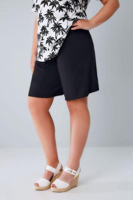 Темные шорты для полной женщины