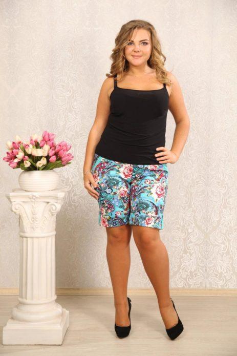 Летние шорты для полной женщины с цветочным принтом