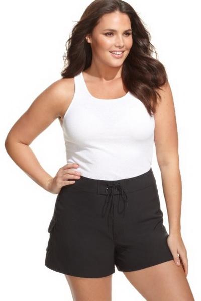 Черные летние шорты с белым топом для полной женщины