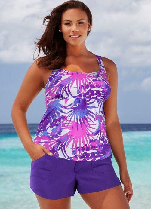 Ярие летние шорты как часть ансамбля для полной женщины