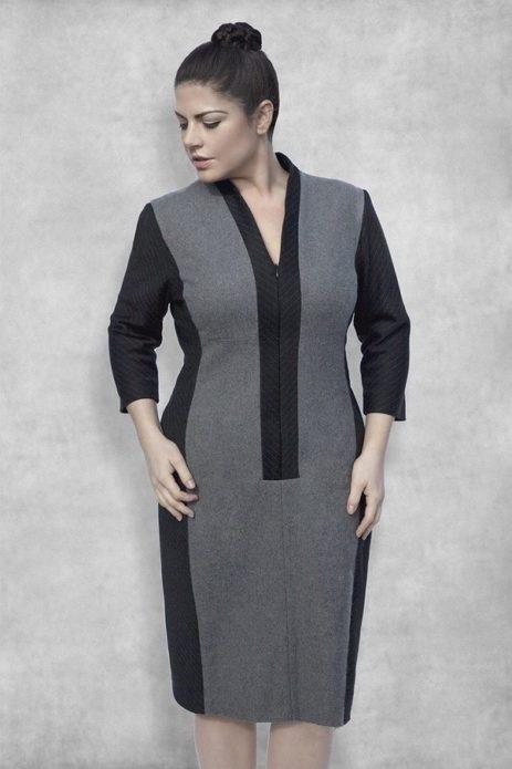 Деловое платье с контрастными боковыми вставками для полной женщины
