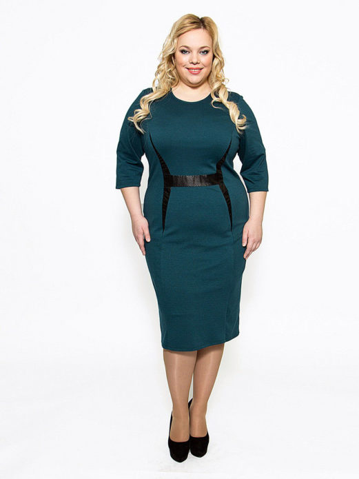 Деловое платье с акцентом на линии талии для полной женщины