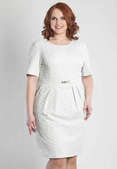 Светлое деловое платье для полной женщины