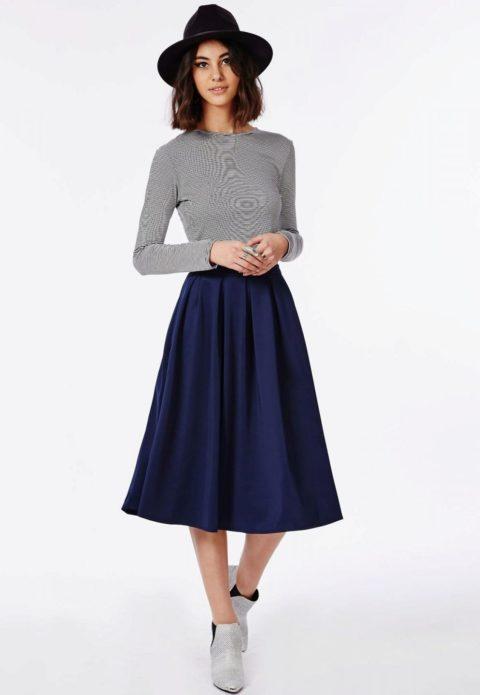 Черная шляпа, полосатый джемпер и тёмно-синяя юбка миди
