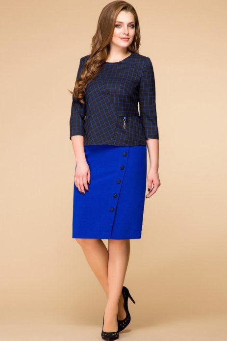Девушка в коричневой клетчатой кофте и синей юбке миди в черных туфлях на каблуке