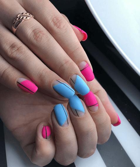 Розово-голубой маникюр с полосками