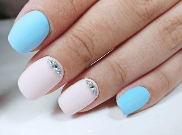 Розово-голубой маникюр с украшениями