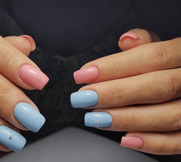 Розово-голубой маникюр со стразами