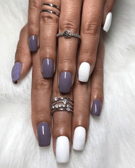 Серо-фиолетовый с белым маникюр с пудрой