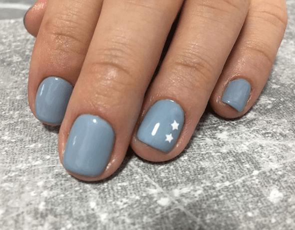 Серо-голубой маникюр с белыми зездочками на одном пальце на короктие ногти