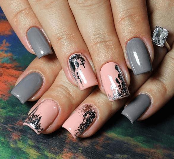 Серо-розовый маникюр с черными узорами-потеками