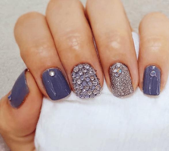 Серо-синий маникюр со стразами и блестками