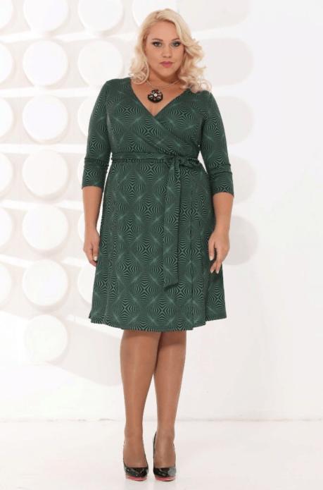 Серо-зеленое деловое платье с запахом для полной женщины