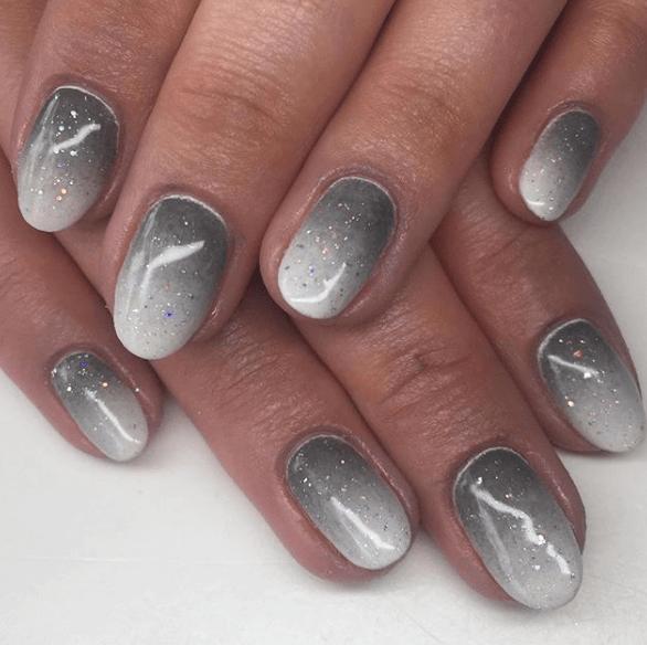Серый маникюр омбре с блестками на короткие ногти