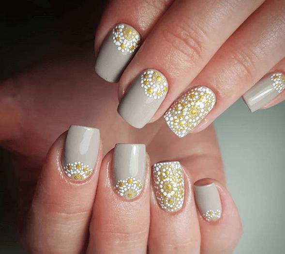 Серый маникюр с бело-желтым цветочным узором