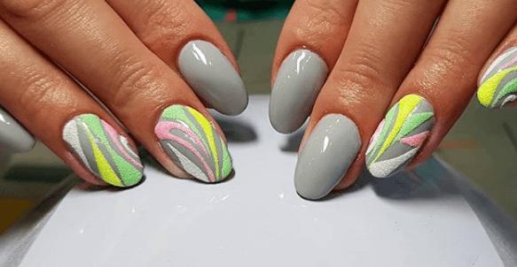 Серый маникюр с белой, желтой, розовой и зеленой пудрой